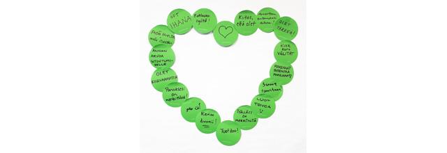 """Sydämen muotoon seinälle liimattuja lauseita vapaaehtoisista, kuten """"Olet tärkeä"""" """"Kiitos kun olet"""""""