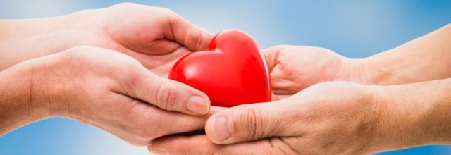 käet ojentavat sydämen toiselle kädelle