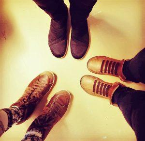Kolme kenkäparia kantajinen vastakkain