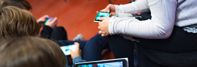 Lapsia pelaamaassa Magis mobiilipeliä