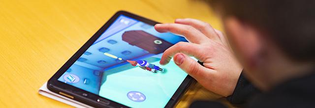 Barn spelar mobilspelet Magis