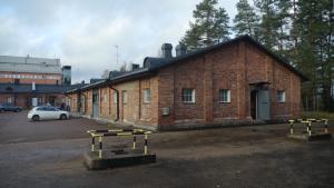 Vartiotie 3 rakennuksen pääty, punatiiliverhoiltu vanha kasarmirakennus